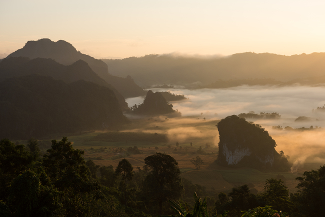 Best places to view the sea of mist in Thailand: Mountains piercing through the mist and clouds seen from Phu Langka in Phayao