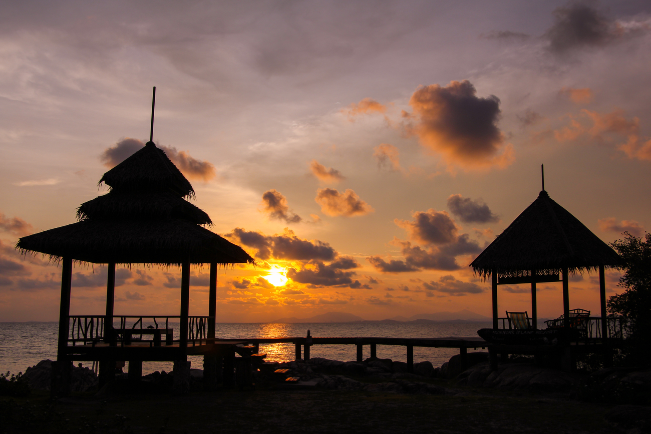 Best islands near Bangkok: Sunset and silhouettes on Koh Mannork, Rayong